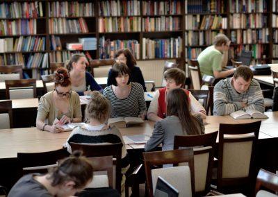 studenci socjologii w bibliotece